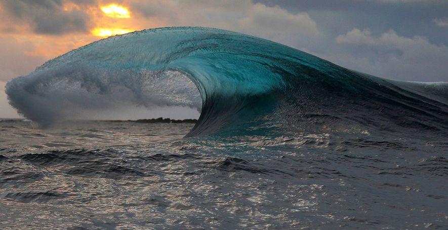 Una ola rompiendo en la superficie del mar.