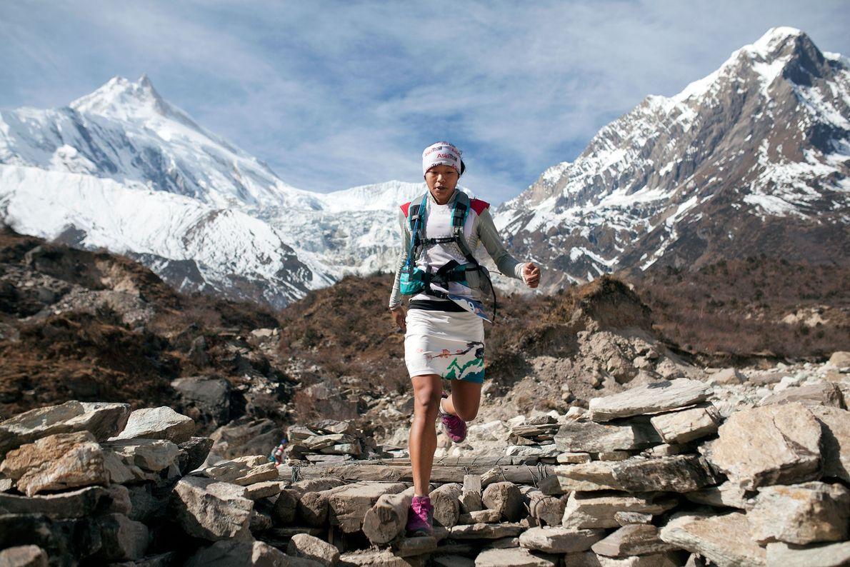 Imagen de la corredora Mira Rai corriendo en Nepal en una gran altitud