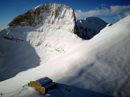 Así es la peregrinación anual por la nieve impenetrable al refugio del monte Olimpo