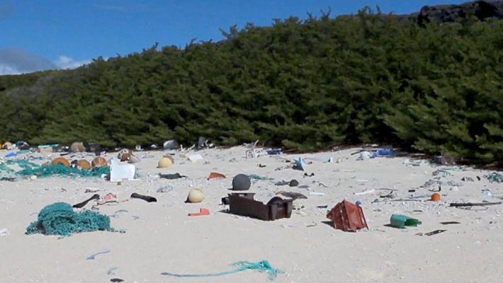 Esta isla remota está cubierta por 38 millones de pedazos de plástico