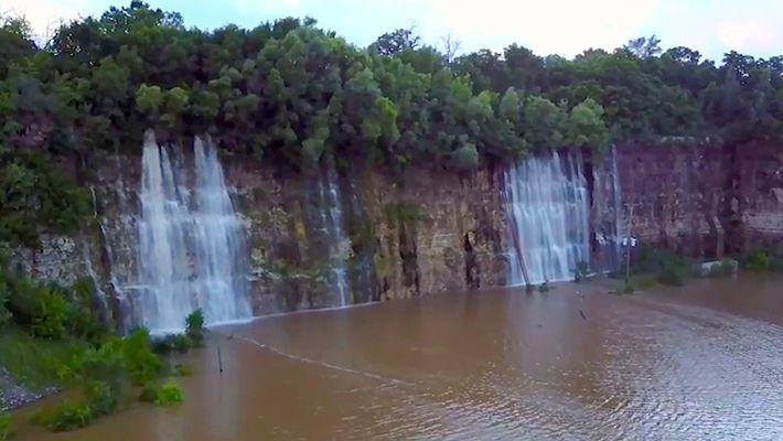 Las inundaciones transforman una cantera en un hermoso lago con cascadas