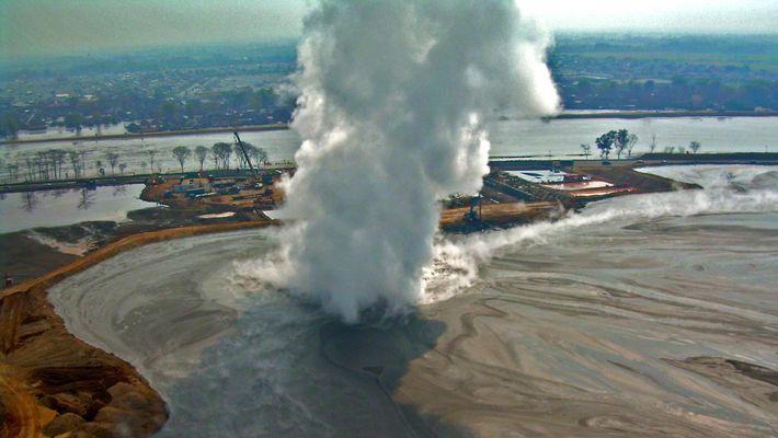 Este volcán de lodo lleva más de 10 años en erupción