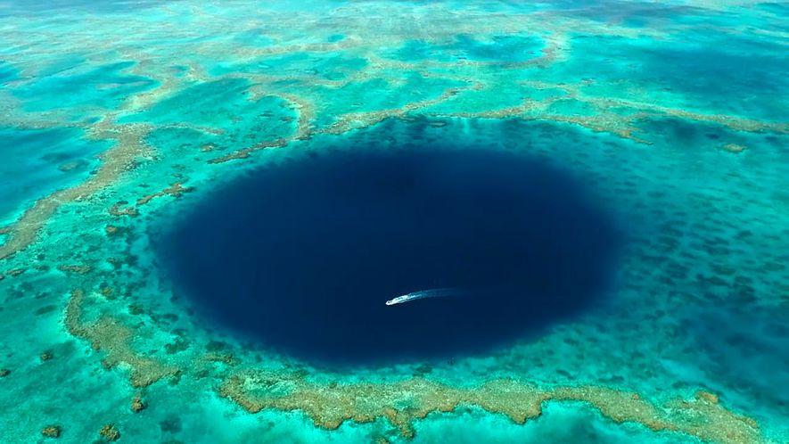 Este es el primer vídeo del agujero azul de la Gran Barrera de Coral australiana