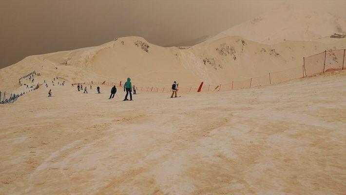 La nieve y el cielo se vuelven naranjas en Europa oriental