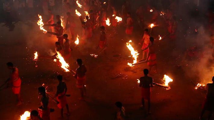 Participa en la batalla de fuego de Mangalore en la India