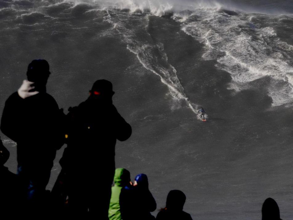 Un surfista monta una ola de 24,3 metros, la más grande surfeada en el mundo
