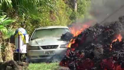 La lava del volcán hawaiano Kilauea avanza hacia las casas