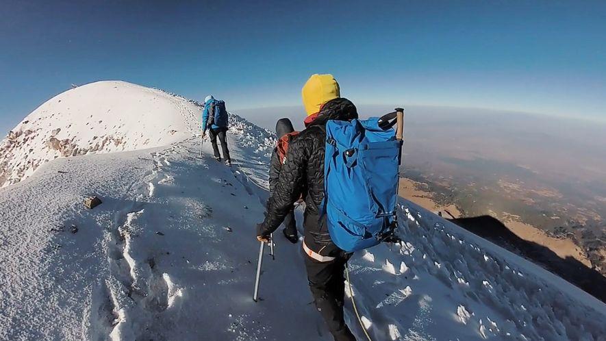 Estos escaladores encumbran el volcán más alto de Norteamérica