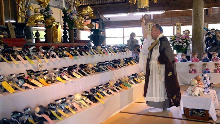 En Japón se celebran funerales budistas para perros robot