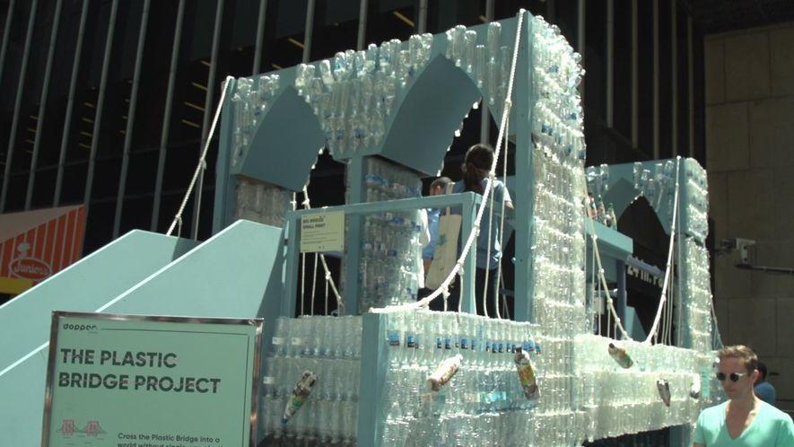 Estos artistas construyeron una réplica del puente de Brooklyn con 5000 botellas de plástico