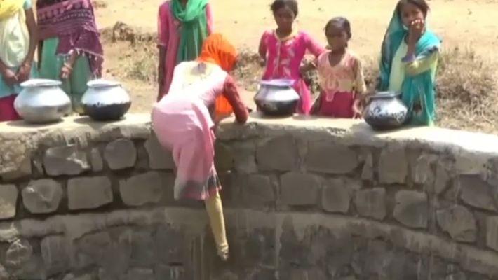 La escasez de agua obliga a estas niñas indias a descender a un pozo de 12 ...