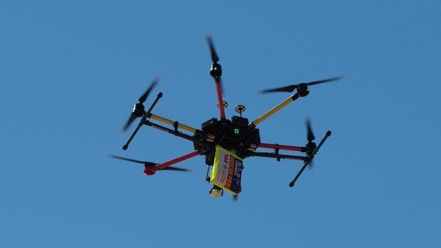 Socorristas australianos usan un dron para rescatar a dos bañistas en peligro
