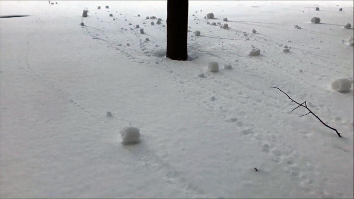 Así se forman los peculiares rollos de nieve en Canadá