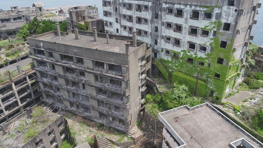 """Explora la """"isla del Acorazado"""", una ciudad fantasma japonesa en decadencia"""
