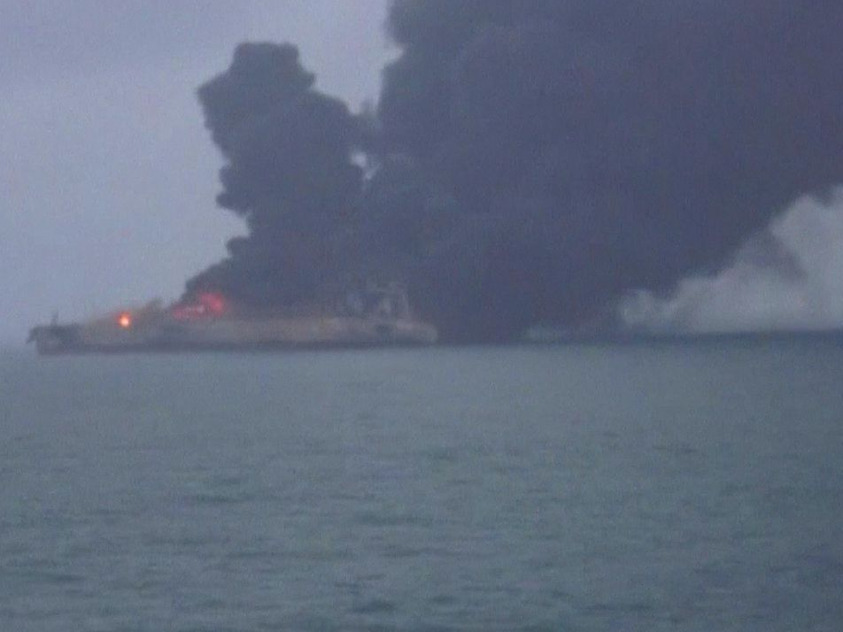 Un petrolero se incendia tras una colisión en el mar de la China Oriental