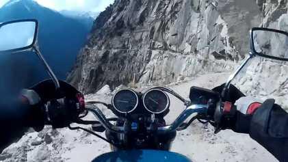 Viaja en moto por una peligrosa carretera de montaña en el Himalaya indio