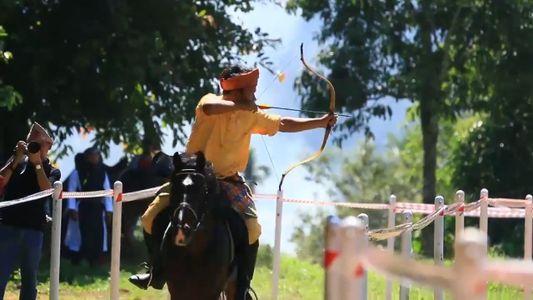 El increíble deporte del tiro con arco a caballo