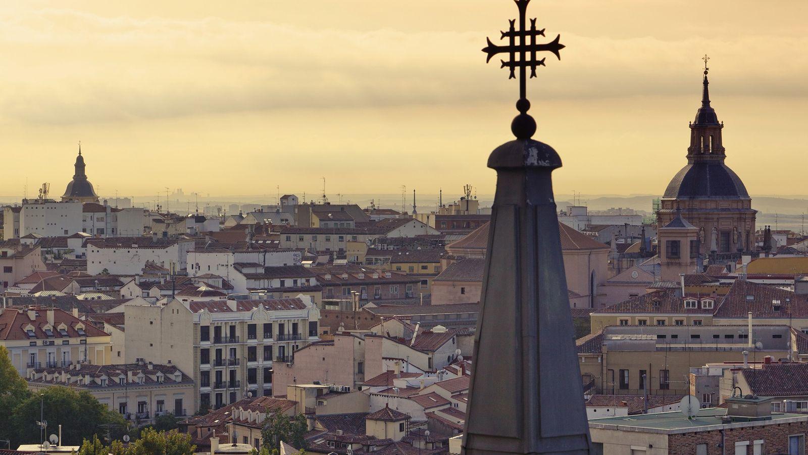 Las cúpulas en forma de aguja y los tejados dibujando el horizonte del skyline de Madrid.