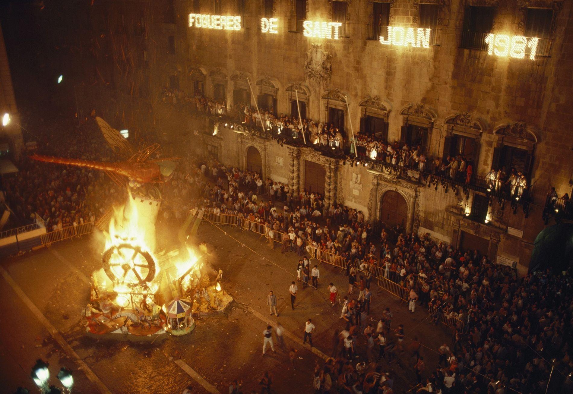 Uno de los monumentos de la celebración de las hogueras de San Juan arde frente al ayuntamiento.