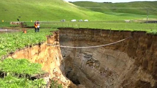 Se abre un gigantesco socavón de 200 metros en la Isla Norte de Nueva Zelanda