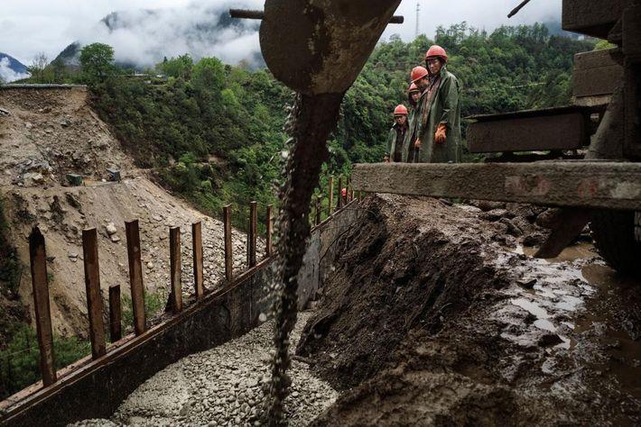 Imagen de trabajadores construyendo un puente