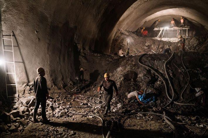 Imagen de trabajadores construyendo un túnel