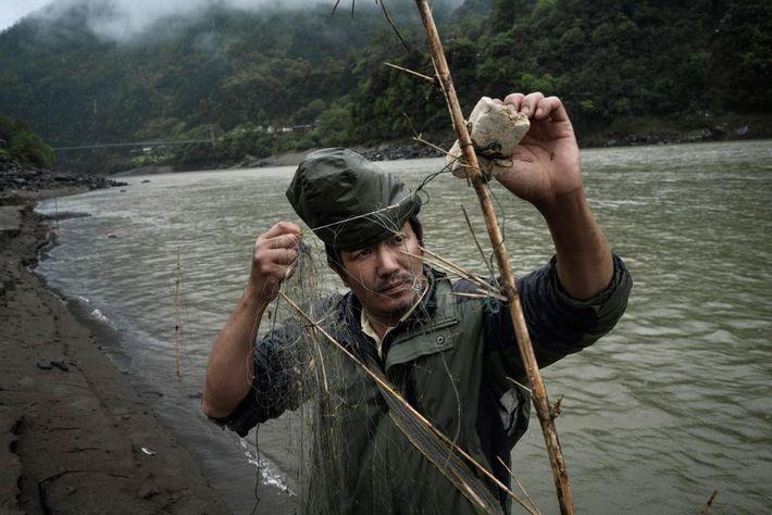 Imagen de un pescador en el río Nu, en Yunnan, China