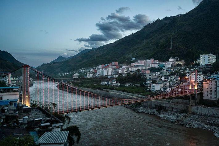 Imagen de un puente cruzando el río Nu, en Yunnan, China