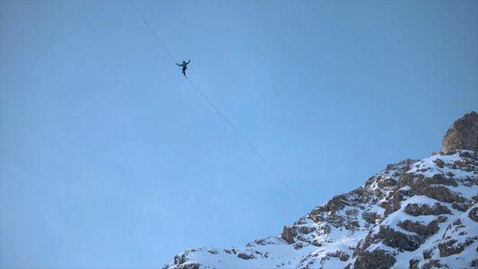 Dos slackliners cruzan el espacio entre dos cascadas congeladas en los Alpes