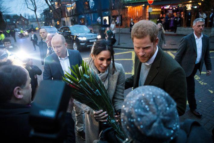 El príncipe Harry y Meghan Markle atienden a la prensa.