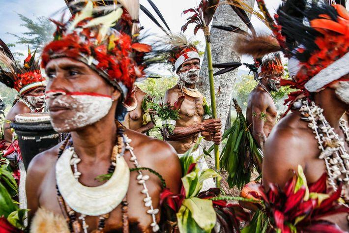 Hombres pertenecientes a una tribu participando en una ceremonia tradicional de Papúa Nueva Guinea.