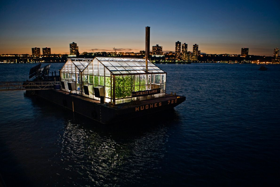 Imagen de una barcaza con un invernadero flotando en el río Hudson (Estados Unidos).