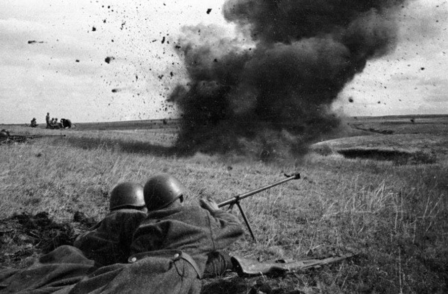 Dos soldados en la línea defensiva del Ejército Rojo manejan un rifle antitanque entre explosiones de ...