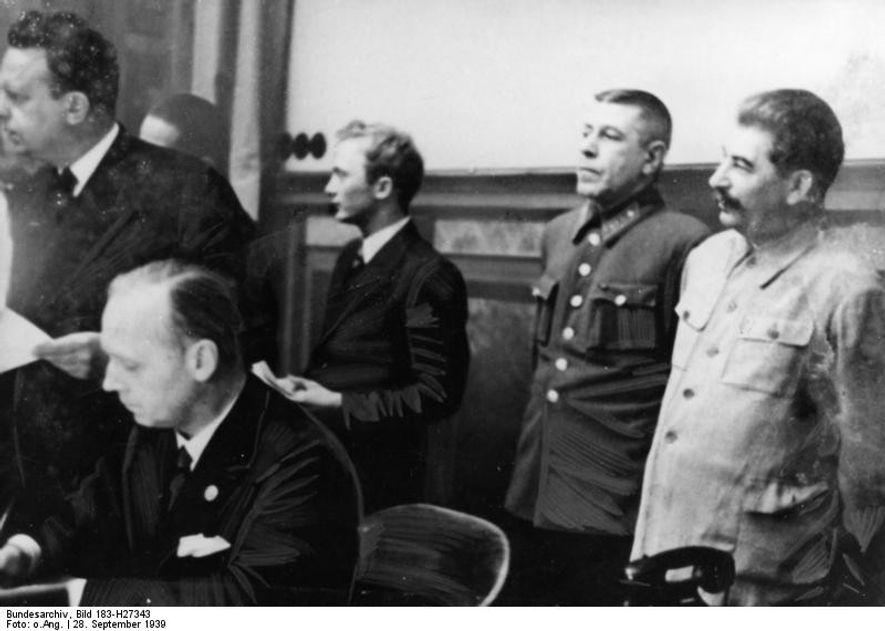 El ministro de Asuntos Exteriores del III Reich, Joachim von Ribbentrop, firma el Tratado de no Agresión en presencia de Stalin.