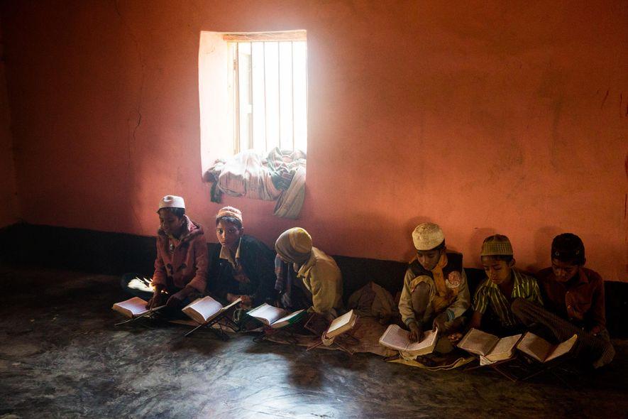Jóvenes estudian el Corán