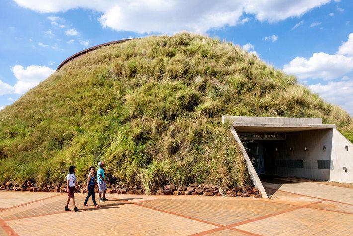 El centro de visita de la Cuna de la Humanidad se erige como una entrada única ...