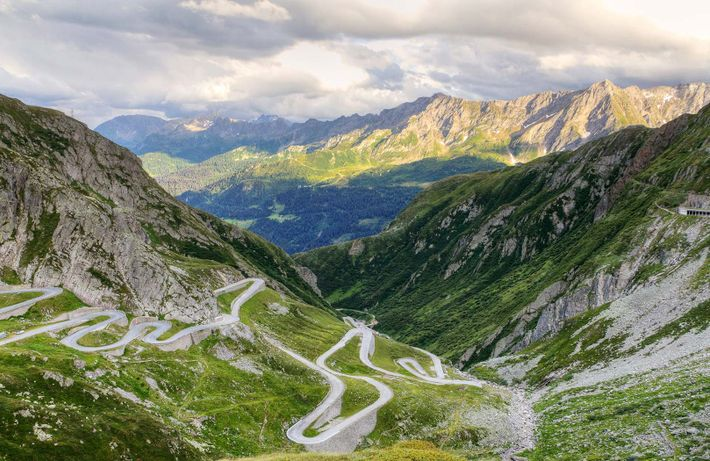 Conductores que buscan algo de acción sobre ruedas, se topan con estas curvilíneas carreteras junto al ...