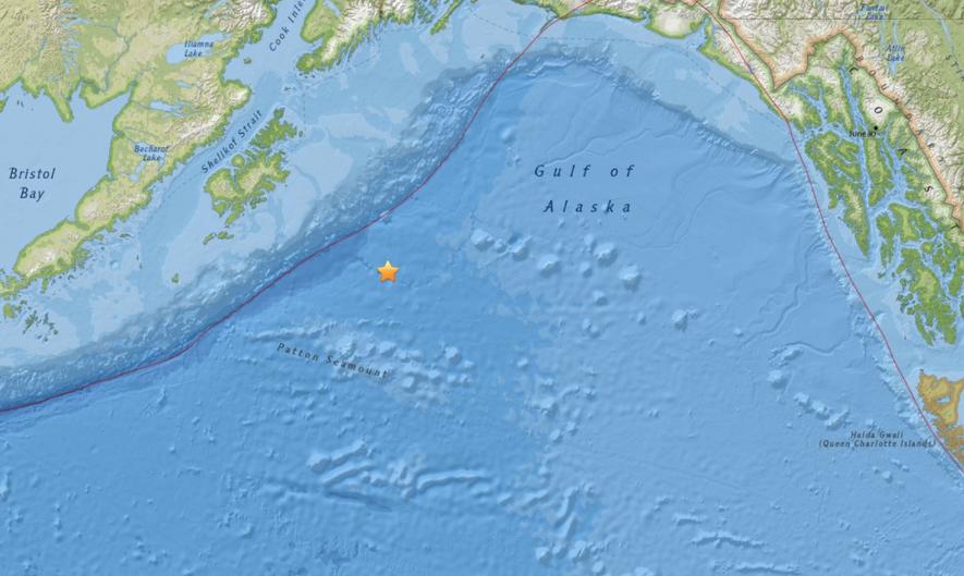 La ubicación actual del terremoto en la costa de Alaska de magnitud ~8 hace 10 minutos parece indicar que ocurrió en la placa del Pacífico antes de que se introduzca en la fosa. ¿Podría ser un fenómeno de fallas? Riesgo de tsunami significativo.