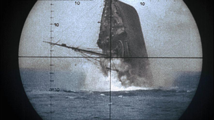 Vista a través del periscopio de un mercante aliado hundiéndese por su popa tras ser torpedeado.
