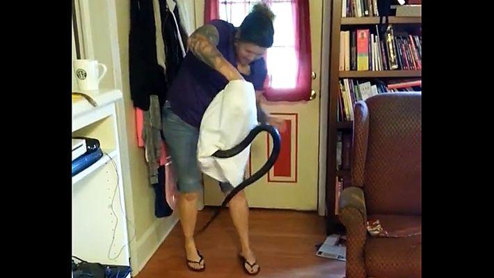 Esta mujer logra sacar a una serpiente de casi 180 cm de su salón