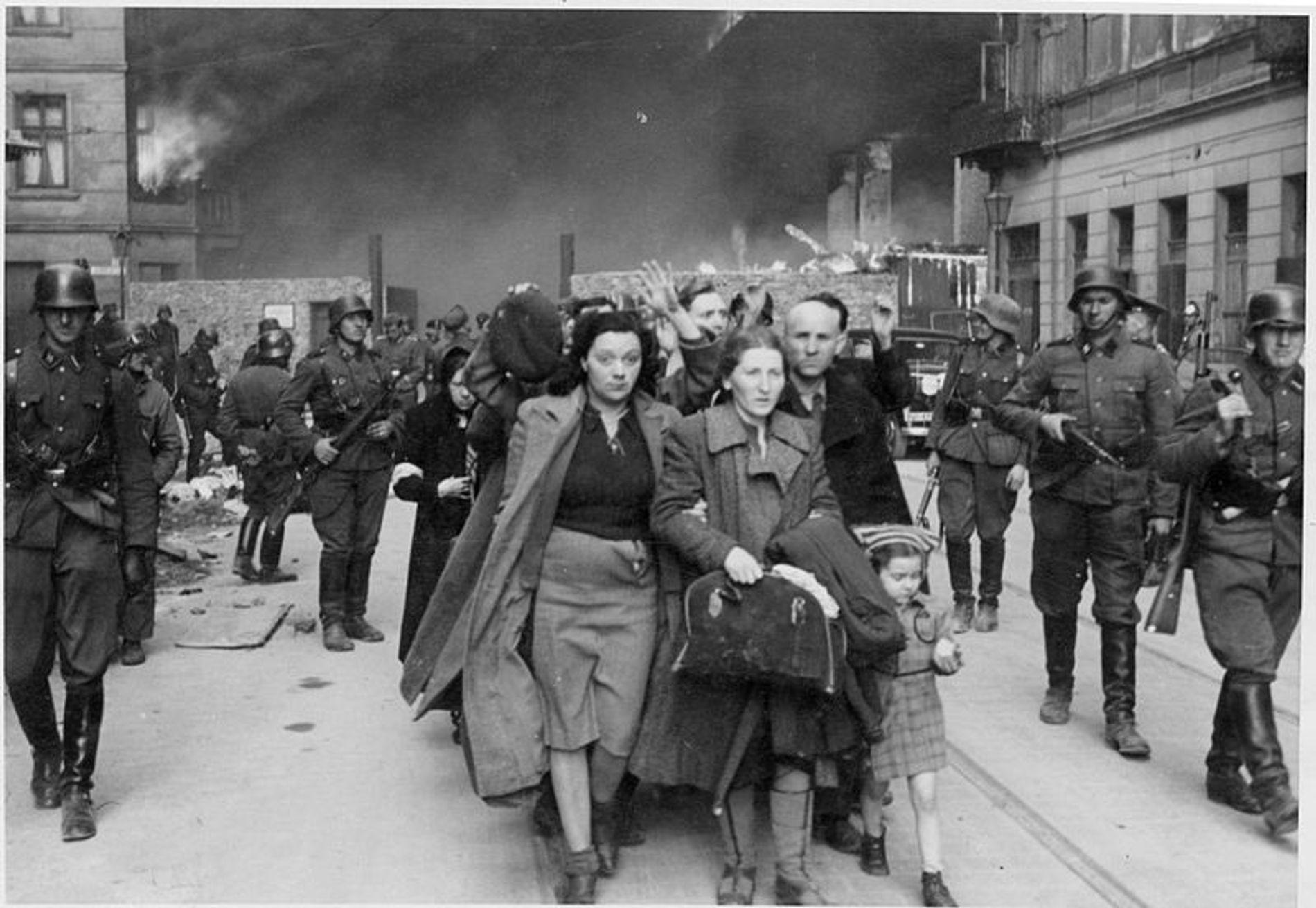Imagen de la supresión del alzamiento en el gueto de Varsovia que muestra a soldados de las Waffen SS agrupando a los judíos para su deportación.