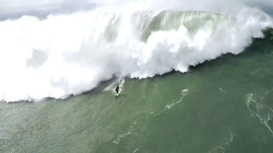 VÍDEO: El espectacular rescate de un surfista atrapado por las olas gigantes de Nazaré