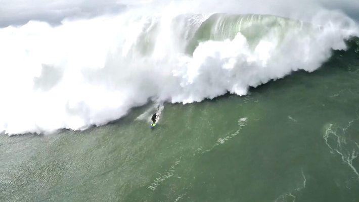Imágenes del peligroso rescate  de un surfista en las aguas agitadas de Nazaré