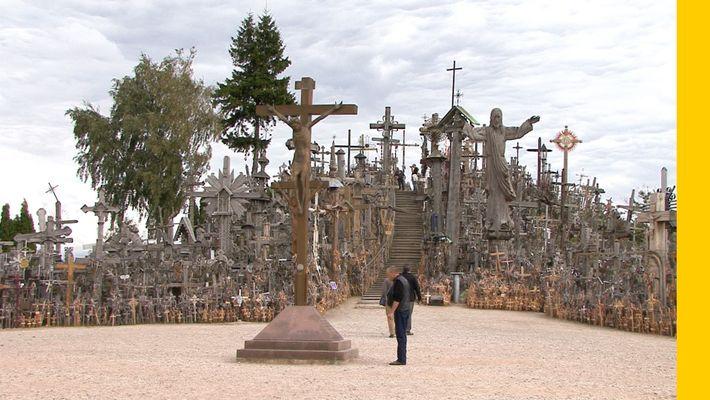 La Colina de las Cruces, en Lituania, tiene más de 100.000 crucifijos