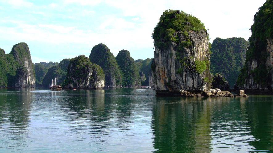 La bahía vietnamita de Ha Long, un espectacular jardín de islas