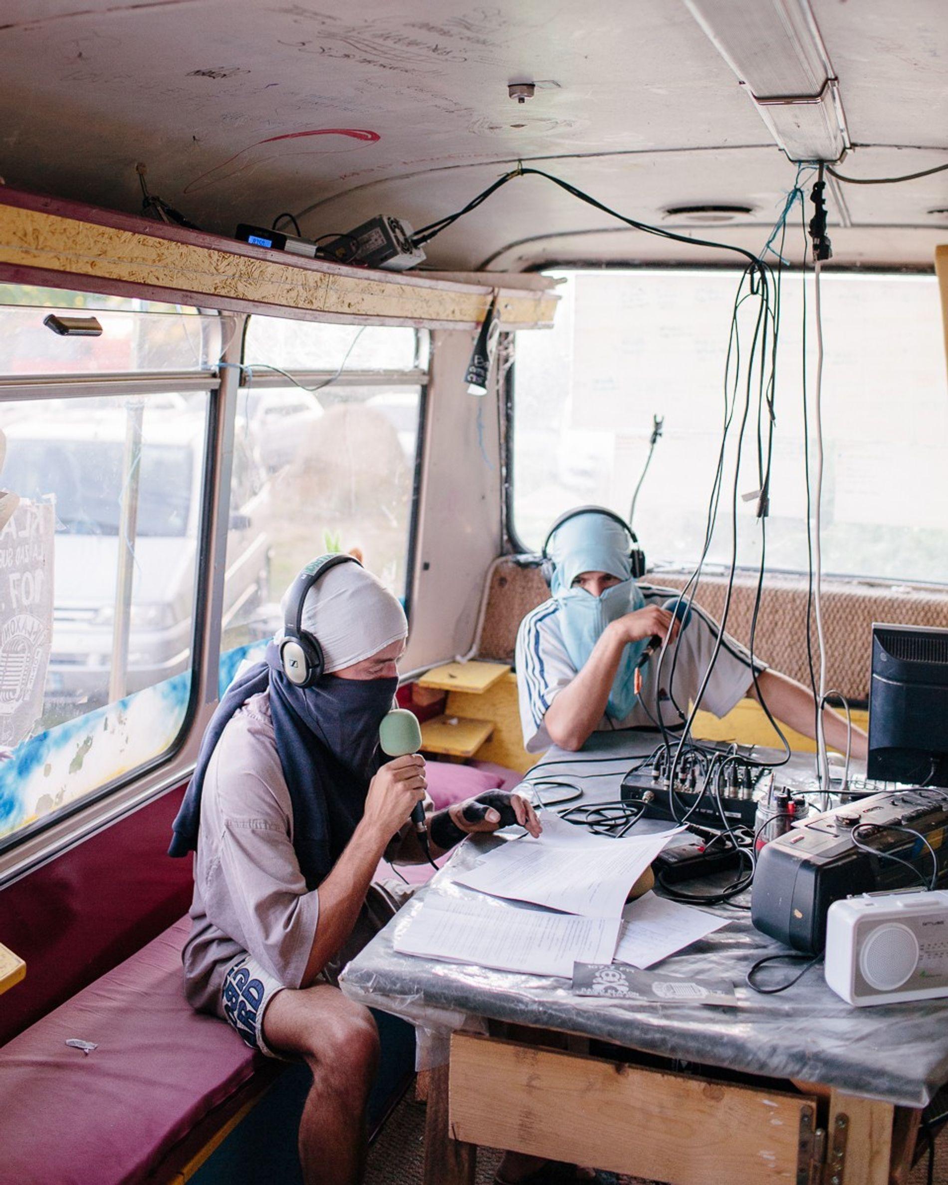 Louis y Manza presentan las noticias de la semana sobre ZAD en Radio Kaxon, la radio pirata de la zona.