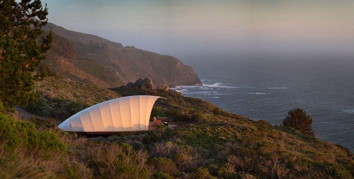El muelle privado de esta lujosa tienda del Treebones Resort tiene exclusivas vistas sobre las costas …