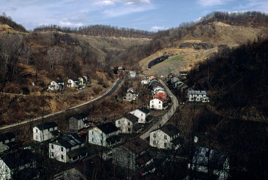 Los empleos en el sector del carbón, tradicionalmente en lugares como Hardburley, Kentucky, se han visto eclipsados por los empleos en el sector de las energías renovables, pero no a causa de la regulación. Las fuerzas económicas globales han hecho que el carbón sea menos competitivo.