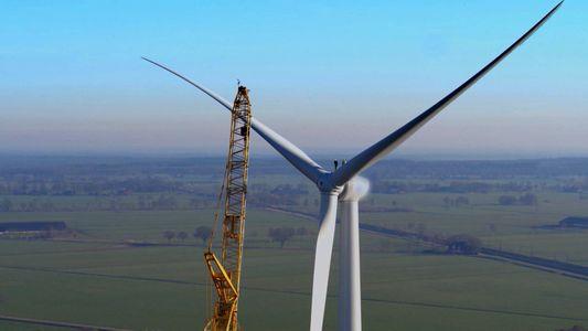 El valiente ingeniero de una turbina eólica