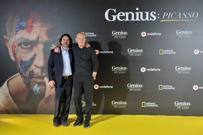 Antonio Banderas posa junto al director de Genius: Picasso, Ken Biller, en el photocall posterior a ...